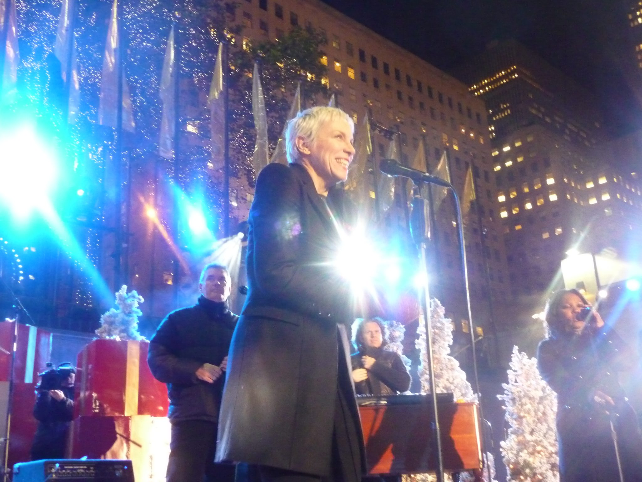 Annie Lennox At Rockefeller Tree Lighting Ceremony – Watch now!