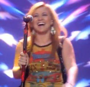 Kelly Clarkson performs Annie Lennox's Walking On Broken Glass In Glasgow