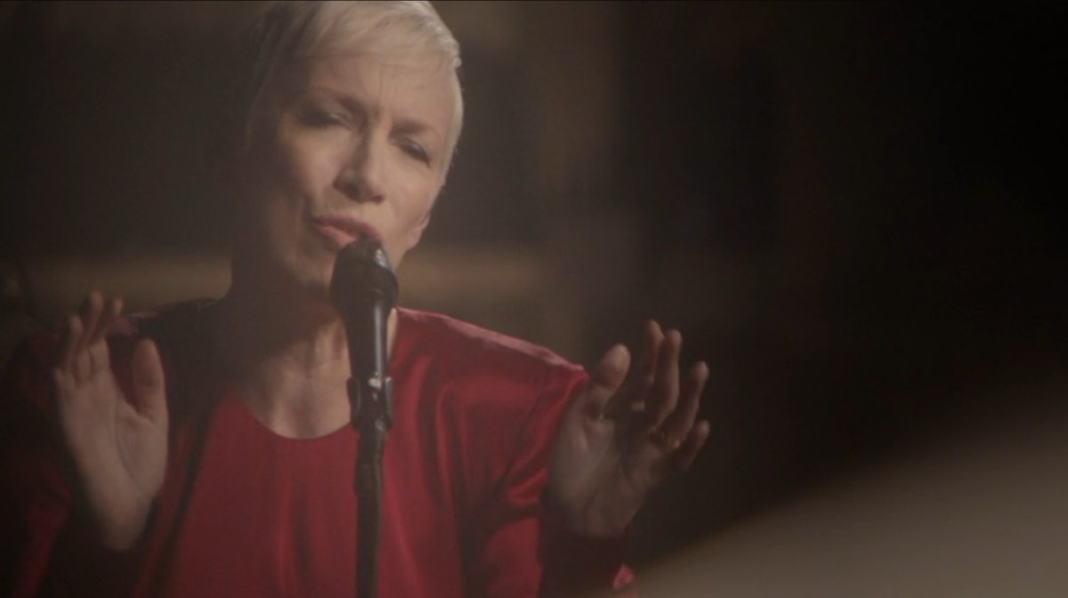 Summertime – The new live performance video from Annie Lennox